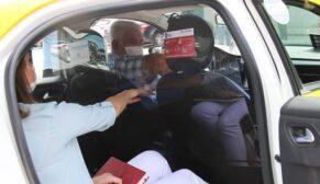Koronavirüse karşı taksilere şeffaf panel uygulaması