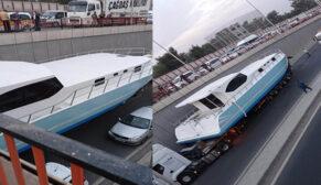 Denizi olmayan tekne alt geçitte mahsur kaldı