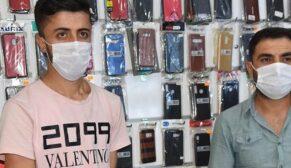 Şanlıurfa'da bulduğu telefon dolu çantayı sahibine teslim etti