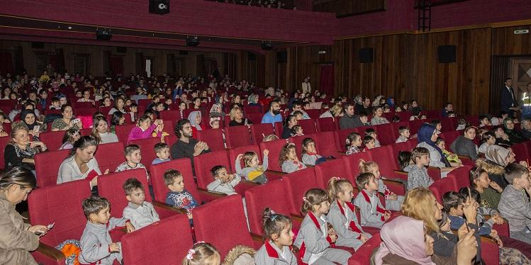 ''Getir karneni al tiyatro biletini''