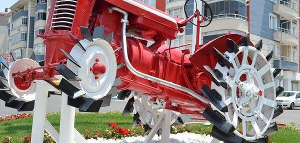 Antika traktörler meydanlara süs oldu