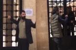 Urfa'dabir vatandaş cami kapısını tekmeleyerek içeri girmek istedi