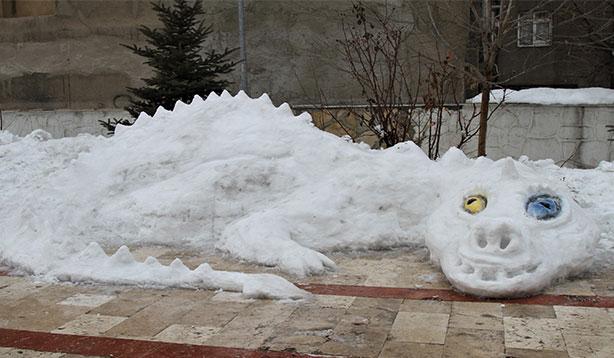 Van'da ilginç kar heykeli