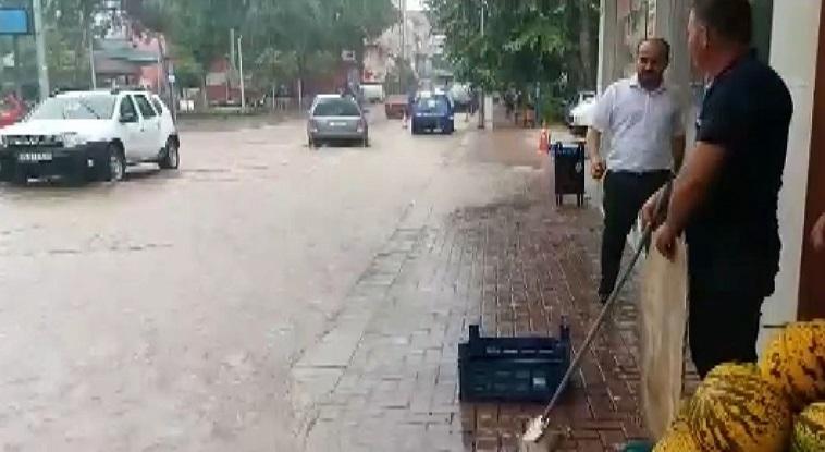 Denizli'de sağanak yağış sele neden oldu