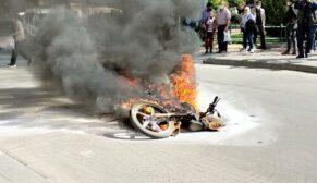 Sinirlenip motosikleti ateşe verdi