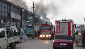 İş yerinde çıkan yangında 3 araç kül oldu