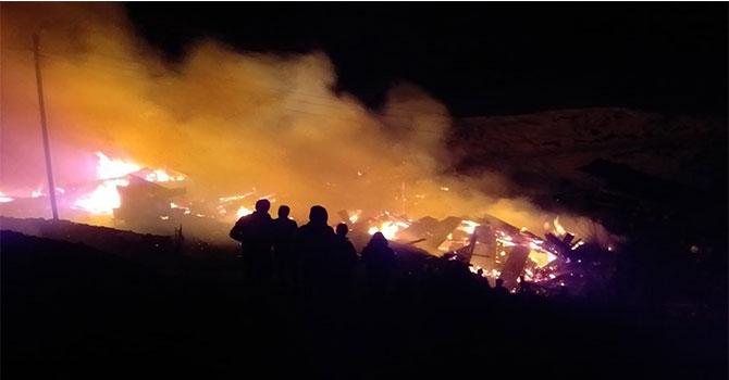 Büyük yangın on evi kül etti