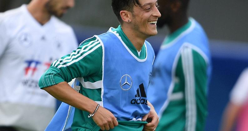 Hamann: Özil'den elinizi çekin
