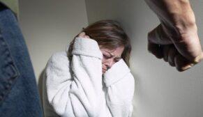 Yılda 50 bine yakın kadın şiddet kurbanı oluyor