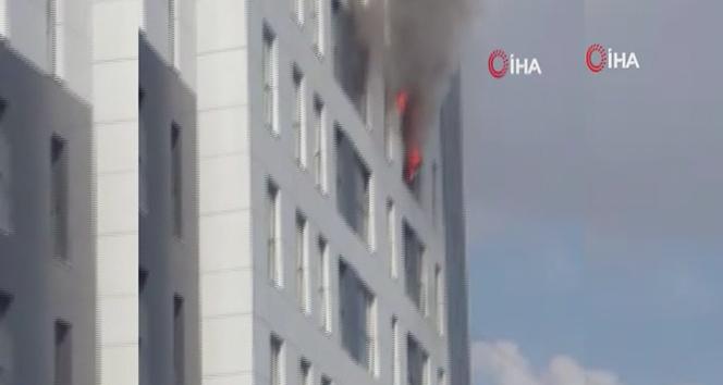 Ümraniye'de yangın, çok sayıda itfaiye ekibi sevk edildi