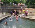 Çocuklar aşırı sıcaklıktan dolayı tehlikeyi umursamadılar