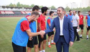 Karaköprü Belediyespor yönetiminden takıma moral ziyareti