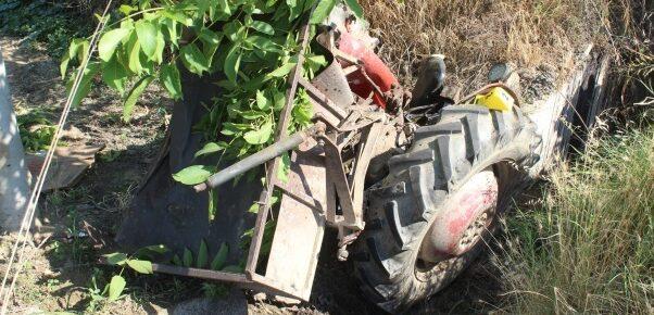 Feci kaza: traktör ikiye bölündü, otomobil alev alev yandı