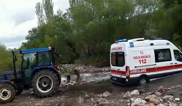Mahsur kalan ambulansa köylüler yardım etti
