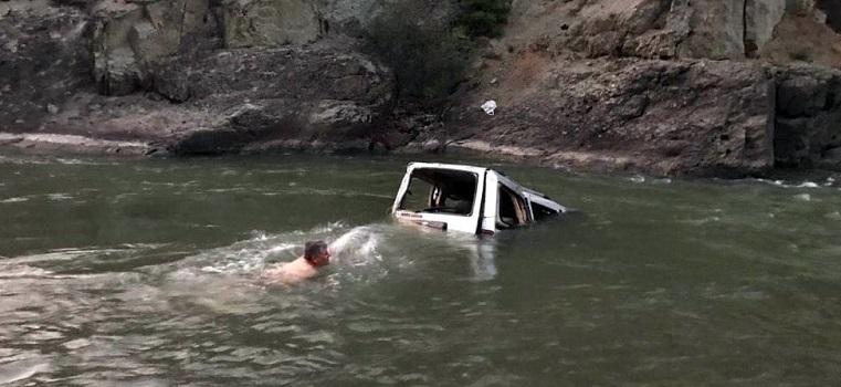 Kamyonet Çoruh Nehri'ne uçtu: 1 ölü, 3 yaralı