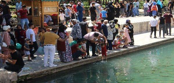 Bayramın son günü vatandaşlar Balıklıgöl'e akın ettiler