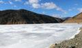 Soğuk hava baraj gölünü dondurdu