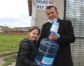 Su satıp 13 öğrenciye burs verdi