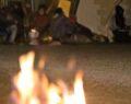 Soğuk havada ateş yakarak ısınmaya çalışıyor