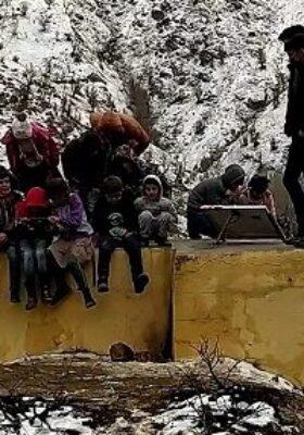 Ders için tepeye tırmanıyorlar