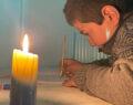 Suruç'ta öğrenciler ödevlerini mum ışığında yapmaya çalışıyor