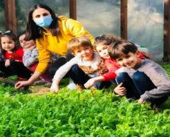 Çocuklar yetiştirdikleri ürünün ilk hasadını yaptı