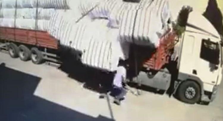 Pamuk balyaları işçiyi yaraladı
