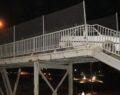 Yaya köprüsünden geçmeye çalışan otomobil sıkıştı