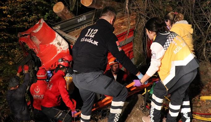 Kontrolden çıkan kamyon ormana uçtu: 2 yaralı