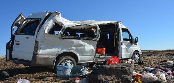Tarım işçilerini taşıyan minibüs devrildi: 1 ölü, 25 yaralı