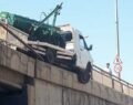 Şanlıurfa'da kamyonet köprüde asılı kaldı