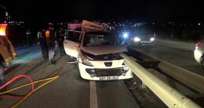 Otomobil bariyere ok gibi saplandı: 2 ölü, 3 yaralı