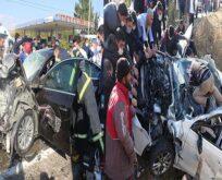 Otomobiller ve tır çarpıştı: Ölü ve yaralılar var