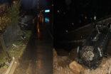 Bariyerleri parçalayıp 10 metreden aşağı uçtu