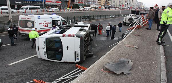 Yolcu minibüsü alt geçide uçtu: 1'i ağır 7 yaralı