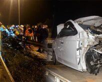 Feci kaza: Otomobil bariyerlere saplandı