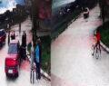 2 genç bisikletle otomobilin altına girdi