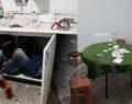 Jandarmayı görünce mutfak dolabının içine girdi