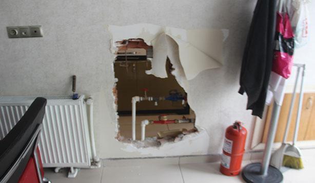 Duvarı delip kuyumcuyu soydular