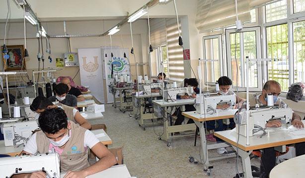 Gönüllü olarak 100 binden fazla maske ürettiler