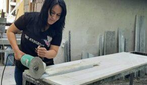 Kocasından öğrendiği mezar taşı işini kendi sürdürüyor