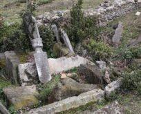 Tarihi mezarlığı defineciler talan etti