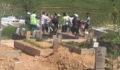 Mezarlıkta birbirlerine girdiler