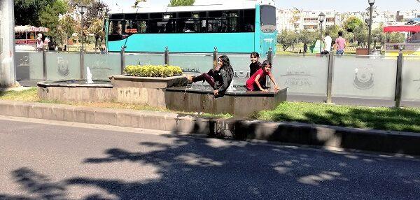 Şanlıurfa'da sıcaktan bunalan çocuklar süs havuzunda serinledi