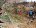 Engelli oğlunu sırtında taşıyarak okula götürüyor