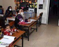 Kucaklarında bebekleriyle okuma-yazma öğreniyorlar