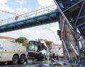 Belediye otobüsü üst geçide çarptı: 1 ağır 12 yaralı