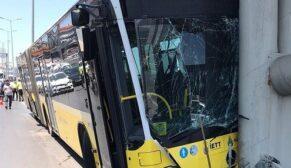 Metrobüs köprüsüne çarptı: 19 yaralı