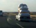 Kamyonet yükü taşıyan otomobil