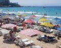 Sıcaktan bunalanlar plaja akın etti